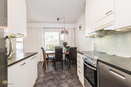 Keittiössä ja ruokailutilassa lattialämmistys.