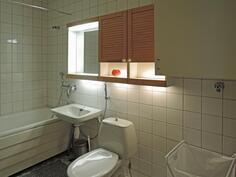 Kylpyhuoneessa mm. amme ja pesukoneliitännät