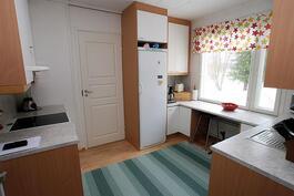 Eteisestä keittiöön, ovi kodinhoitohuoneeseen