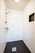 Taloyhtiön saunaosaston kylpyhuone