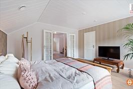 yläkerran makuuhuone, vaatehuone mh yhteydessä