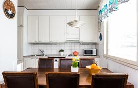 Keittiö on avointa tilaa olohuoneeseen.