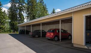 Huoneistolle kuuluu autokatospaikka, jonka yhteydessä myös ulkovarasto.