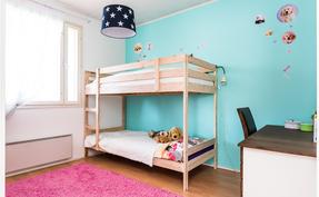 Olohuoneen vieressä oleva raikas makuuhuone