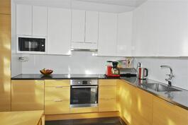 laadukas keittiö, kivityötasot, integroidut kodinkoneet