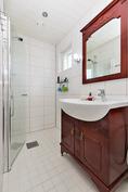 Päämakuuhuoneessa oma kylpyhuone/wc