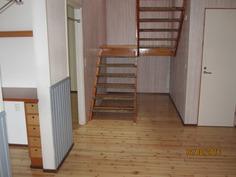 Eteisnäkymä-porraskäytävä yläkertaan