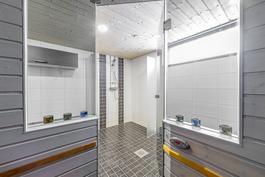 Saunasta näkymä kylpyhuoneeseen