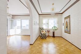 Olohuoneen yhteydessä esim. ruokahuone tai erotettuna makuuhuone