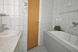 yläkerrassa kylpyammeellinen wc