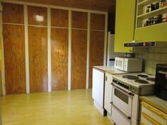 80-luvun keittiöremontissa on maltettu jättää kauniit alkuperäiset komeroiden ovet entiselleen sekä ulospäin aukeavassa L-mallin keittiössä on myös ...