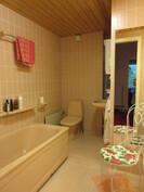 Lisäkuvaa 1. kerroksen kauniista kylpyhuoneesta ja ...