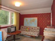 Kuvassa yläkerran toinen makuuhuone, jossa on myös komerotilaa!