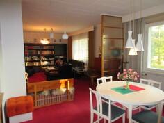 Kuvaan ruokailuhuoneen puolelta olohuoneeseen päin!