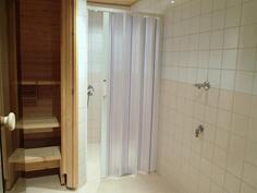 Tilava kylpyhuone, jossa pesukoneliitäntä