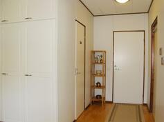 Eteistila, josta käynti wc-tilaan ja myös pukuhuonetilaan sekä sauna/kph-tilaan.