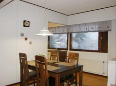 Reilunkokoinen ruokailutila keittiön ja olohuoneen välissä.