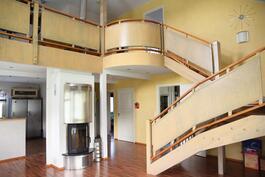 Yläkerran aulahuoneen kaide