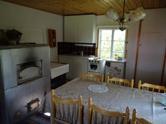 Mökin keittiössä perusvarusteet