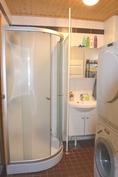 Pesuhuoneessa suihkukaappi, suihku, pesuallas ja pk-liitäntä