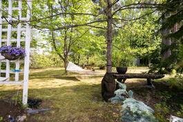 Pihalla on monia rauhallisia keitaita nauttia kesästä.