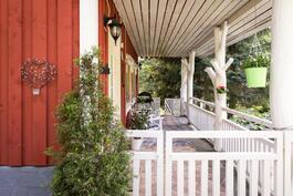 Pääsisäänkäynti taloon tapahtuu suojaisan terassin kautta.