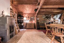 Saunamökin tuvassa on kaksi makuuparvea vaikkapa vierashuoneiksi.