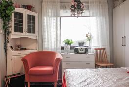 Keittiön viereinen huone, joka toimii tällä hetkellä makuuhuoneena.