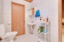 Toinen wc pesuhuoneessa