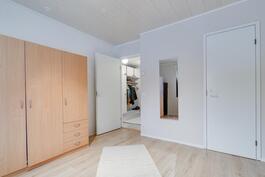 1. makuuhuone sekä vaatehuone