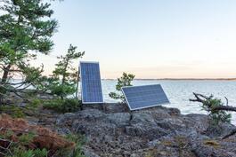 Kalliolla sijaitsevat aurinkopaneelit