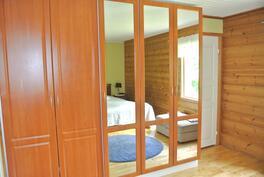 makuuhuoneessa hyvät kaappitilat ja vaatehuone
