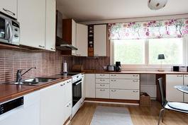 Kaunis 2000-luvun keittiö on avara...