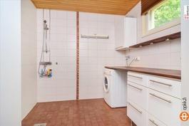 Tilava kylpyhuone ja kodinhoitotila