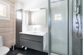 Wc/ kylpyhuone sisääntulon yhteydessä.