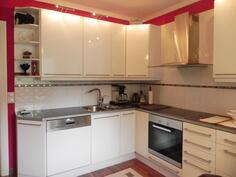 korkeakiiltoinen moderni keittiö laadukkaine koneineen