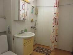 Kylpyhuoneeseen juuri kesällä -16 tehty lattiasaneeraus uusituin lattiakaivoin!