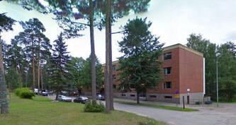 Viihtyisä kerrostalo pientaloalueen keskellä - Trivsam höghus mitt  i småhusområde