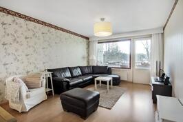 Tyylikäs ja avoin olohuone tasokkailla pinnoilla - Stor och öppen vardagsrum med kvalitativa ytor