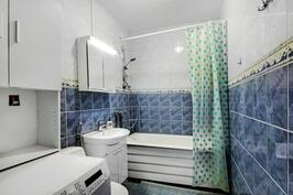 Kylpyhuone peruskorjattu 2003-04 - Badrummet totalrenoverad 2003-04