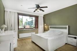 Iso makuuhuone mihin mahtuu vaikka työpisteesi - Stor sovrum där en arbetspunkt ryms lätt