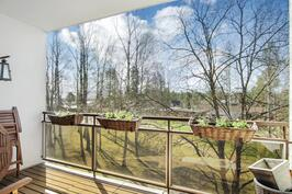 Iso parveke, josta näkymät takapihalle - Stor balkong med utsikt mot bakgården
