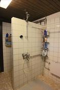 pesutiloissa kaksi suihkua