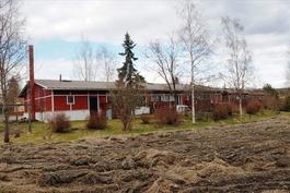 Sisäpiha rajoittuu kunnan omistamaan peltoon