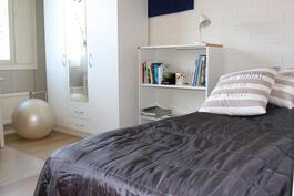 Makuuhuone. Kahdessa yläkerran makuuhuoneessa erilliset vaatekaapit