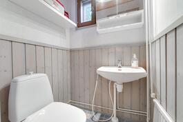 Alakerran erillis-wc