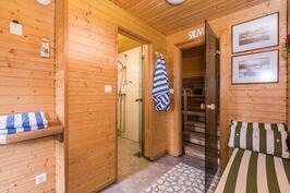 Rantasaunan pukuhuoneesta pesutiloihin ja saunaan