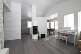 olohuone/keittiö, huonekorkeus korkeimillaan  n. 3,5 m