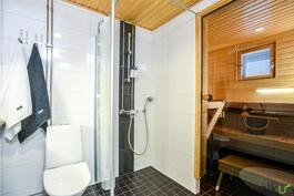 Kylpyhuonetila on tyylikäs