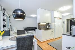 Olohuone ja keittiötila ovat avaraa ja valoisaa tilaa.